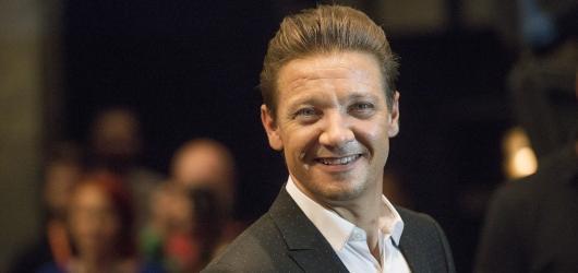 Karlovy Vary 2017: Největší rozdíl mezi blockbustery a menšími filmy je kvalita jídla, zažertoval herec Jeremy Renner