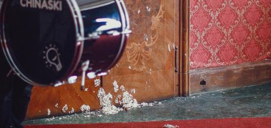 Roztřískané kytary, dortová bitva a paintball s Petrem Čtvrtníčkem. Podívejte se na nový bláznivý videoklip kapely Chinaski