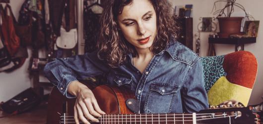 Kytara napříč žánry ani letos nezklame – nabídne kytaristy tří kontinentů, vzdá hold Jiřímu Jirmalovi a představí i handicapované hudebníky