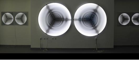 Světelné objekty vibrující zvukem a nejen je nabízí listopadová výstava slovenského umělce Ašota Haase
