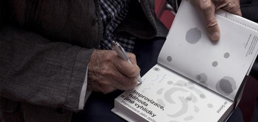 Zakladatel Studia Ypsilon Jan Schmid pokřtil svou novou knihu Improvizace, náhoda a jiné vyhlídky