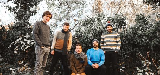 Skupina Zrní chystá křest nového EP Spící. Uskuteční se v Lucerna Music Baru
