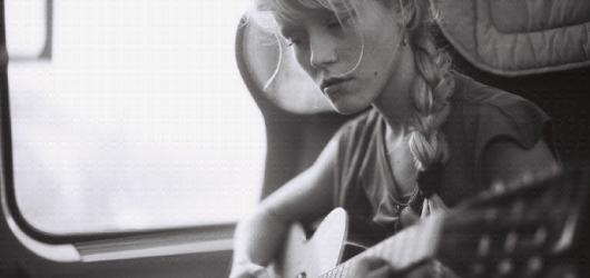 Alice Phoebe Lou dorazí do Česka předvést svůj svérázný přístup k hudební tvorbě