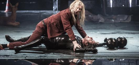 Faust ve Stavovském divadle poznává svět v kamionu. Jeho jízda je divoká