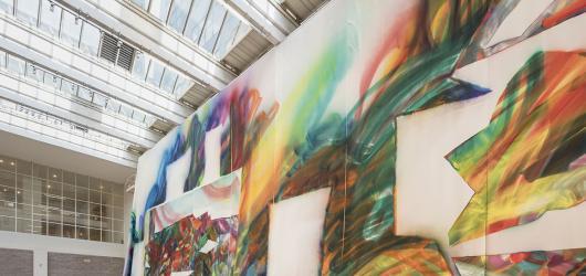 Nové sezóně v Národní galerii vévodí ženy. Katharina Grosse vytvořila dílo přímo pro Veletržní palác