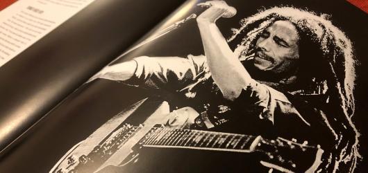 Kompletní ilustrovaná historie Boba Marleyho a Wailers přibližuje nejen osudy talentovaných hudebníků, ale i vznik reggae