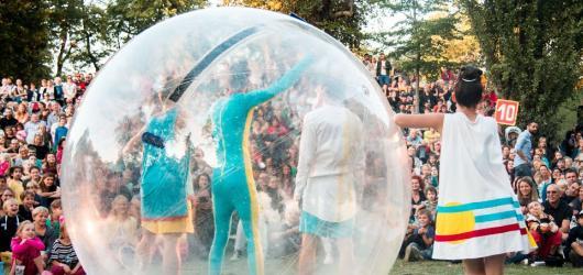 Praha ožívá pouličním divadlem. Startuje festival Za dveřmi
