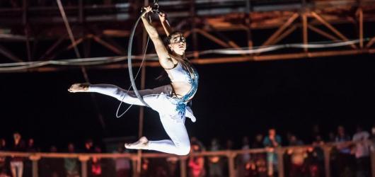 Adrenalin v oblacích. Akrobatická Night Show se opět odehraje v Dolní Moravě