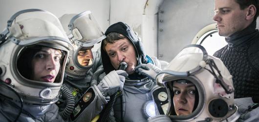 Často trapný, občas vtipný, ale vždycky bizarní výlet na Mars společně s herci Vosto5
