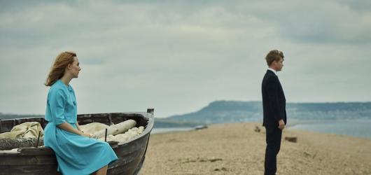 Na Chesilské pláži postrádá McEwanovu úzkost. Literární předloze se těžko vyrovná