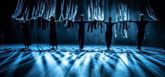 The Watcher nabízí vynikající taneční výkony v dokonalé synchronizaci se živou hudbou kapely Please The Trees
