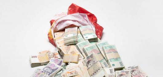Vydražil 878 tisíc korun za více než milión, teď prodává ukradené dlažební kostky. Epos 257 v galerii European Arts