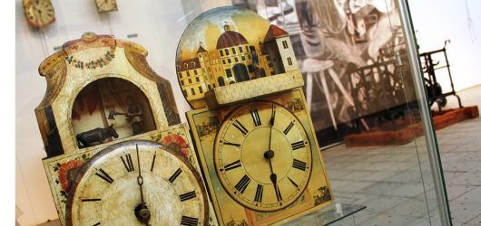Dřevěné píšťalové hodiny či orloje z německého Schwarzwaldu vystavuje zlínské muzeum