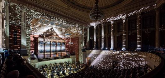 Festival Signal rozzářil během víkendu pražské Rudolfinu. SIM/NEBULA okouzlil vizuálně i hudebně