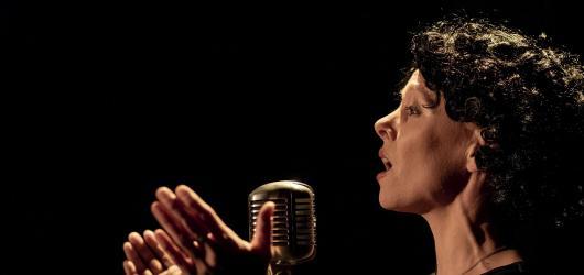 Jak krásně zní Vrabčák na Kampě. Intimní Édith Piaf tam žije svůj líbezný šanson bez jediné falše