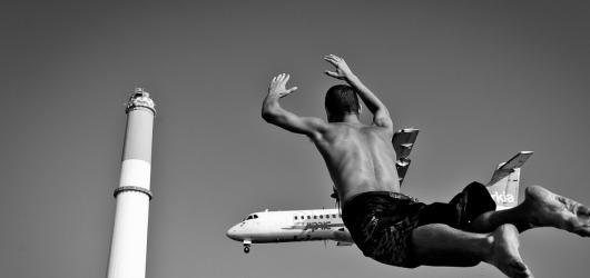 Izrael plný kontrastů očima tří fotografů. Leica Gallery Prague vystavuje snímky zbožných Židů i vojaček na pláži