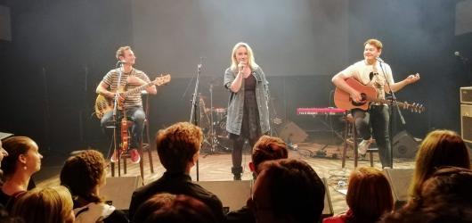 REPORT: Jananas poprvé zaplnili humorem, hudbou a fanoušky Lucerna Music Bar