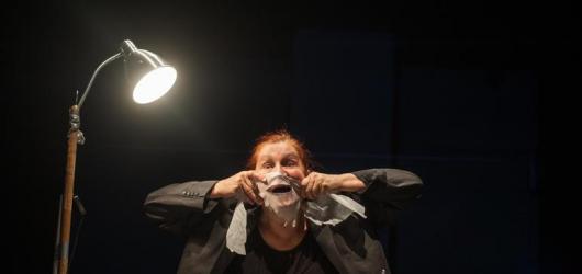 Co může udělat izolace s lidskou psychikou? Inscenace Jasno Lepo Podstín Zhyna okouzlila minimalismem i skvělým hereckým výkonem