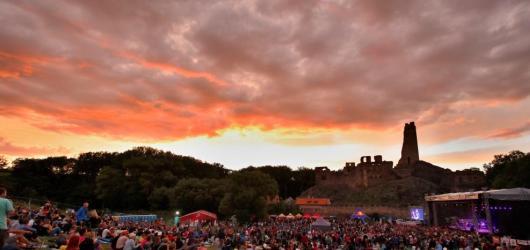 Už za měsíc otevře své brány Festival Okoř. Láká na Tomáše Kluse, Chinaski i Vojtu Kotka