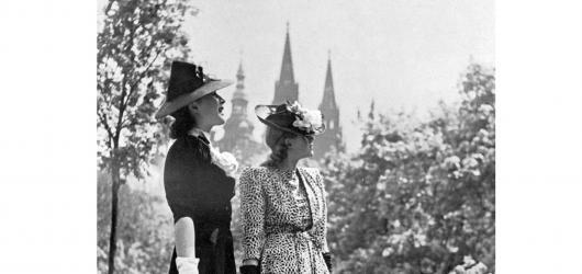 Oblékala Adinu Mandlovou i první dámu. Legendu české módy Hanu Podolskou připomíná výstava