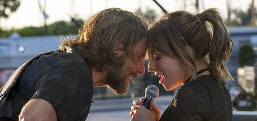 Zrodila se filmová hvězda. Režisérský debut Bradleyho Coopera útočí na několik Oscarů