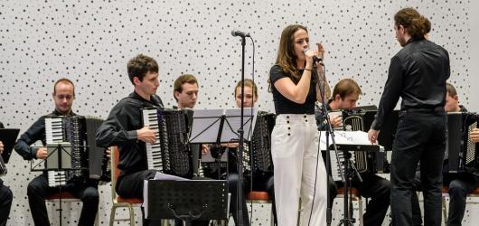 Do Olomouce míří neobvyklý akordeonový orchestr. Doprovodí ho zpěvačka Lenka Lo Hrůzová