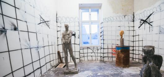 """Prázdné místnosti Kampusu Hybernská oživí mladí umělci. Přehlídka Pokoje tentokrát reflektuje téma """"ozvěna"""""""