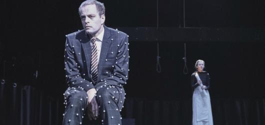 Shakespearův komediální epilog provokuje odhaleným chtíčem v mistrovsky ztvárněných moderních konturách