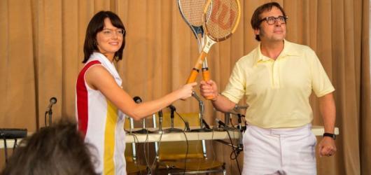 Souboj pohlaví: Mečbol pro ženský tenis je spíš veselohrou než historickým milníkem. Nejvíc filmových gemů vyhrávají osobní dilemata