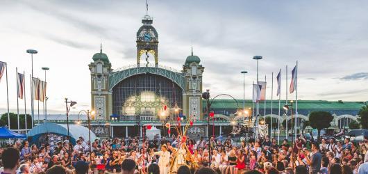 Festival Za dveřmi láká na španělskou živelnost i na tuzemské špičky pouličního divadla