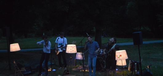 Kapela Zrní svým turné Černá hodinka a půl ukazuje, že velká hudba se dá dělat i na malém místě