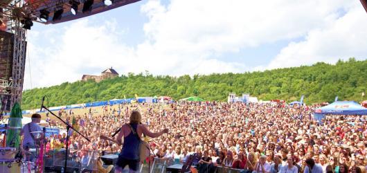 Táhneme na Hrady: 5 interpretů, kteří letos vystoupí na největším českém putovním festivalu