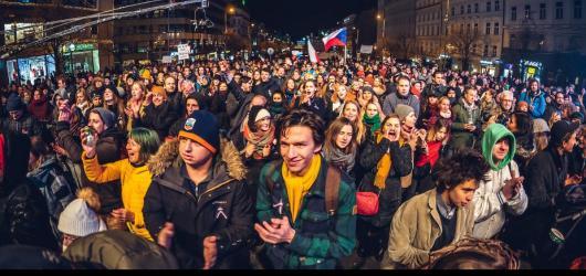 Hudební novinky, týden #46: česká premiéra Christophera Ellise i nedělní Koncert pro budoucnost