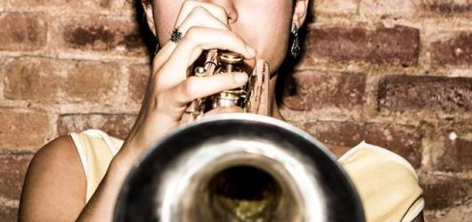 Půvabný jazzový trojlístek zavítá do Prahy. Sérii koncertů odstartuje Andrea Motis