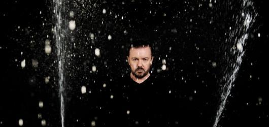 Vztyčený prostředníček víře i lidské blbosti. Ricky Gervais servíroval stand-up bez hranic a je po právu králem britské komedie