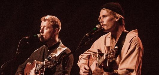 Indie folkoví Hollow Coves vydali debutové album a příští týden zahrají v Praze