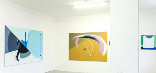 Poutavá barevnost, hravost a různorodé motivy. Pražské výstavy mladších umělců, které stojí za to zhlédnout do konce srpna