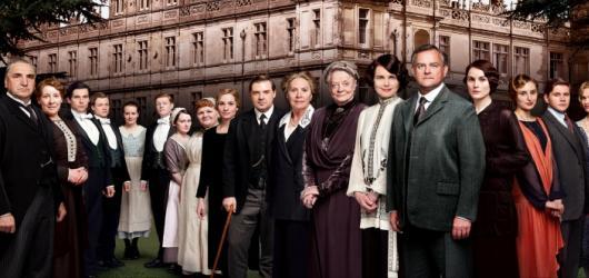 Film Panství Downton mísí nostalgii s patosem. Zachoval si však správnou britskou atmosféru včetně humoru