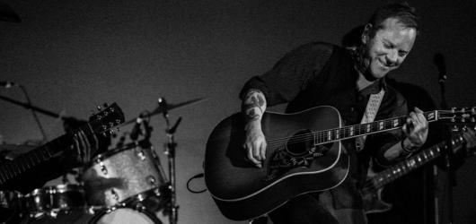 Herec Kiefer Sutherland pokračuje ve své hudební kariéře. V dubnu vydá své druhé studiové album Reckless & Me