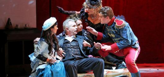 Opavská Mamzelle Nitouche využívá k modernizaci operety trefnou ironii a nadsázku