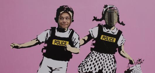 #MuzeumJinak: Rebel Banksy laděný do růžové v amsterdamském Moco Museum