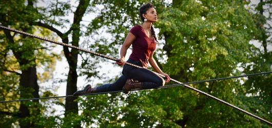 Provazochodkyně nad Vltavou a šamanistická akrobatická show. Startuje Letní Letná