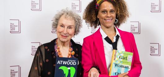 Letošní ročník Bookerovy ceny má výjimečně dva vítěze. O cenu se dělí Margaret Atwood a Bernardine Evaristo