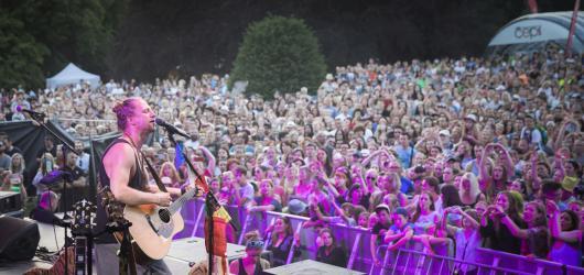 Velký přehled hudebních festivalů v Praze a okolí: Mezi ploty, Soundtrack, HighJump a další