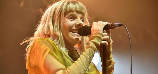 Aurora uhranula pražské publikum. Z Norska dovezla nezdolnou pozitivní energii a neposednost čertíka v krabičce
