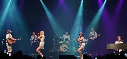 Mamma Mia. ABBA Mania vrátila pražskou Lucernu do časů největší slávy legendární skupiny