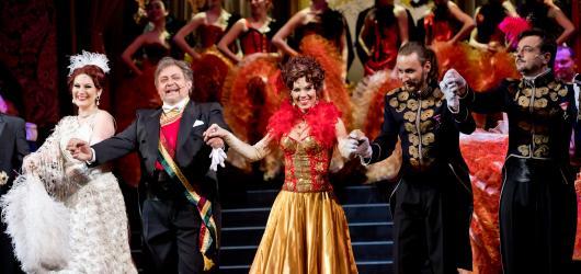 Veselá vdova je tahákem především pro zaryté milovníky operety. Vyniká hudbou, scénou a kostýmy