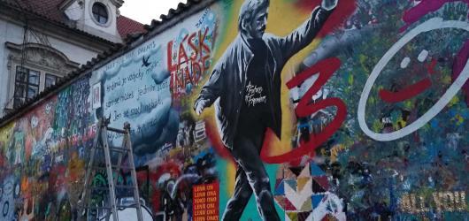 Lennonova zeď během večera změnila podobu. Malovali umělci i velvyslanci