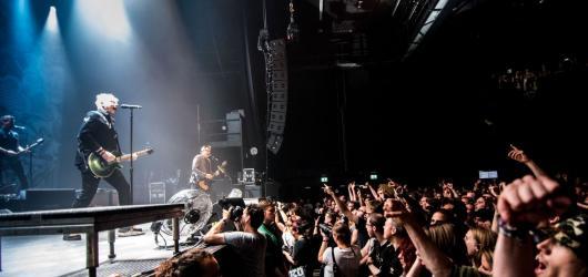 Hudební novinky, týden #34: Offspring na Lokti a v Brně, Billie Eilish a nová hudba v Ostravě
