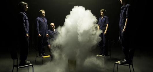 V hlavní roli mlha. Girl from the Fog Machine Factory uchvátí výjimečnou atmosférou